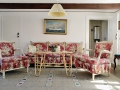 Гостиная с цветастой мебелью